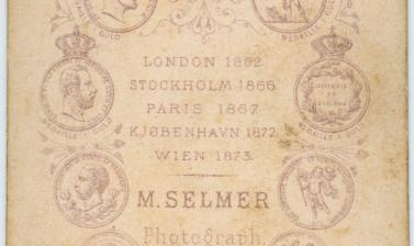 Reverse of a carte de visite by the Marcus Selmer studio. Bergen, Norway. Circa 1873. (Copyright Pitt Rivers Museum, University of Oxford. Accession Number: 1941.8.27)